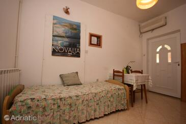 Novalja, Dining room in the apartment, air condition available, (pet friendly) and WiFi.
