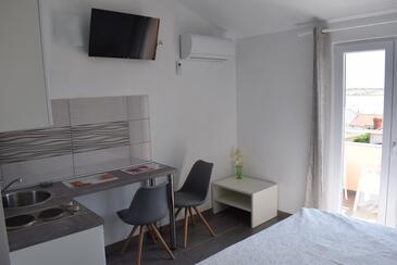 Novalja, Jídelna v ubytování typu studio-apartment, s klimatizací, domácí mazlíčci povoleni a WiFi.