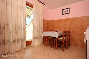 Metajna, Eetkamer in the apartment, air condition available, (pet friendly) en WiFi.