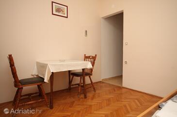 Metajna, Jídelna v ubytování typu studio-apartment, domácí mazlíčci povoleni a WiFi.
