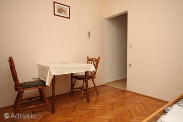 Metajna, Dining room in the studio-apartment, (pet friendly) and WiFi.