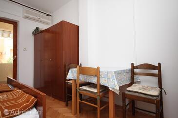Metajna, Salle à manger dans l'hébergement en type studio-apartment, animaux acceptés et WiFi.