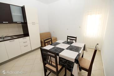 Metajna, Jídelna v ubytování typu apartment, domácí mazlíčci povoleni a WiFi.