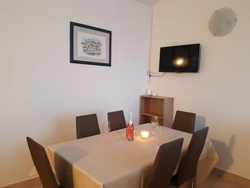 Novalja, Salle à manger dans l'hébergement en type apartment, climatisation disponible et WiFi.