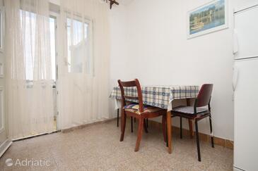 Metajna, Jídelna v ubytování typu apartment.