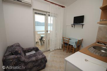 Metajna, Dining room in the studio-apartment, dostupna klima i dopusteni kucni ljubimci.