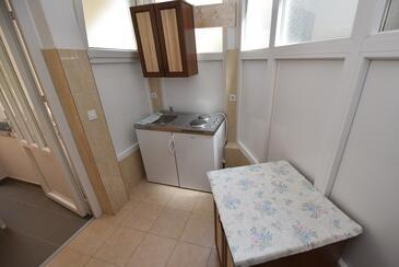 Metajna, Kuchyně v ubytování typu apartment.