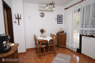 Starigrad, Dining room in the apartment, air condition available, (pet friendly) and WiFi.