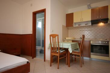 Starigrad, Jadalnia w zakwaterowaniu typu studio-apartment, dostupna klima i WIFI.