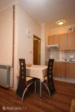Starigrad, Dining room in the studio-apartment, dostupna klima i WIFI.