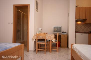 Starigrad, Dining room in the studio-apartment, dostupna klima i WIFI.