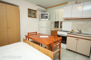 Lađin Porat, Dining room in the studio-apartment, WIFI.