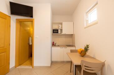 Makarska, Jedáleň v ubytovacej jednotke studio-apartment, dostupna klima i WIFI.