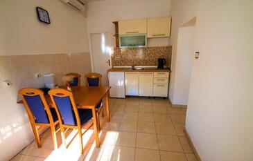 Starigrad, Jídelna v ubytování typu house, dostupna klima i WIFI.