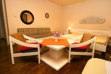Makarska, Dining room in the room.