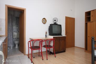 Gradac, Jídelna v ubytování typu studio-apartment, domácí mazlíčci povoleni a WiFi.