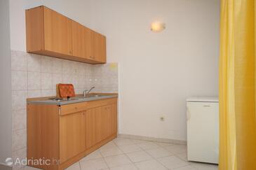 Gradac, Kitchen in the studio-apartment, (pet friendly) and WiFi.