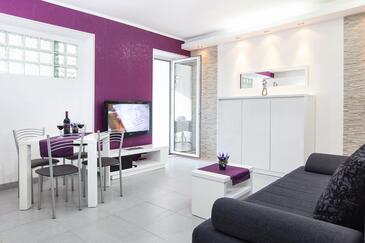 Tučepi, Obývacia izba v ubytovacej jednotke apartment, dostupna klima, dopusteni kucni ljubimci i WIFI.