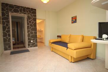 Podgora, Obývacia izba v ubytovacej jednotke apartment, domáci miláčikovia povolení a WiFi.