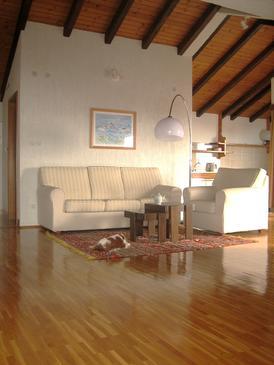 Podgora, Obývacia izba v ubytovacej jednotke apartment, dostupna klima, dopusteni kucni ljubimci i WIFI.