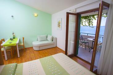 Podgora, Dining room in the studio-apartment, dostupna klima i WIFI.