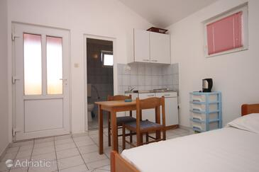 Podaca, Dining room in the studio-apartment, dopusteni kucni ljubimci i WIFI.