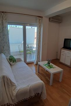 Podgora, Living room in the studio-apartment, dostupna klima i WIFI.