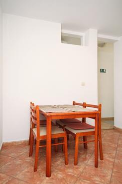 Brela, Jídelna v ubytování typu apartment, domácí mazlíčci povoleni a WiFi.