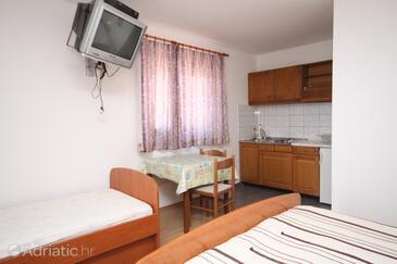 Makarska, Jídelna v ubytování typu studio-apartment, s klimatizací, domácí mazlíčci povoleni a WiFi.
