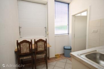 Makarska, Jídelna v ubytování typu studio-apartment, domácí mazlíčci povoleni a WiFi.
