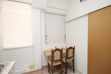 Makarska, Dining room in the studio-apartment, (pet friendly) and WiFi.