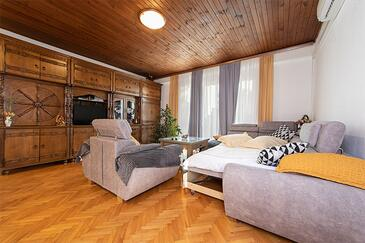 Tučepi, Obývací pokoj v ubytování typu apartment, s klimatizací, domácí mazlíčci povoleni a WiFi.
