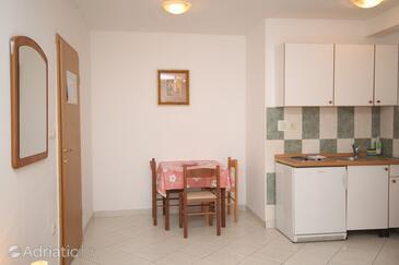 Makarska, Dining room in the studio-apartment, dopusteni kucni ljubimci i WIFI.