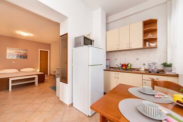 Baška Voda, Столовая в размещении типа studio-apartment, доступный кондиционер, Домашние животные допускаются и WiFi.