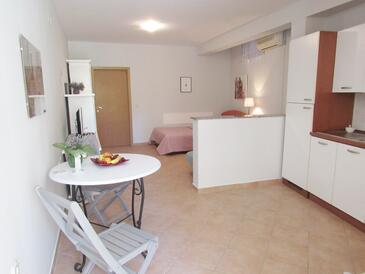 Baška Voda, Dining room in the studio-apartment, (pet friendly) and WiFi.