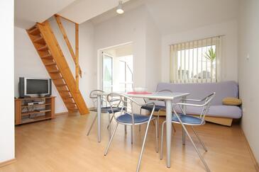 Podgora, Jedáleň v ubytovacej jednotke apartment, klimatizácia k dispozícii a WiFi.