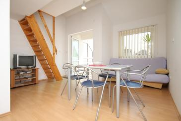 Podgora, Jedáleň v ubytovacej jednotke apartment, dostupna klima i WIFI.