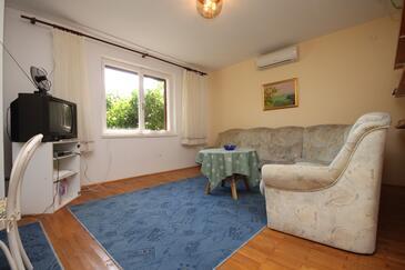 Podgora, Obývacia izba v ubytovacej jednotke apartment, klimatizácia k dispozícii, domáci miláčikovia povolení a WiFi.