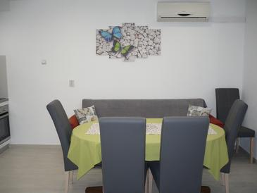 Makarska, Dining room in the apartment, dostupna klima i WIFI.