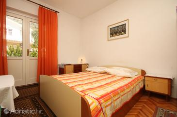 Baška Voda, Bedroom in the room, air condition available, (pet friendly) and WiFi.