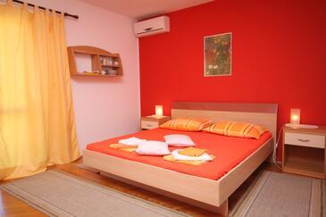 Makarska, Spálňa v ubytovacej jednotke room, dostupna klima i WIFI.