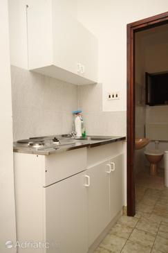 Tučepi, Kitchen in the apartment, (pet friendly) and WiFi.