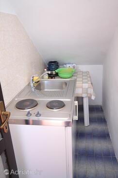 Podgora, Kuchyňa v ubytovacej jednotke studio-apartment, domáci miláčikovia povolení a WiFi.