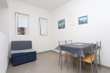 Igrane, Blagovaonica u smještaju tipa studio-apartment, kućni ljubimci dozvoljeni i WiFi.