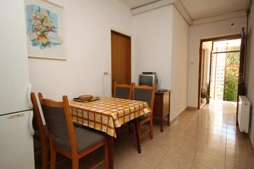 Tučepi, Dining room in the apartment, (pet friendly) and WiFi.