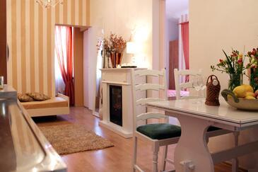 Tučepi, Obývacia izba v ubytovacej jednotke apartment, klimatizácia k dispozícii, domáci miláčikovia povolení a WiFi.