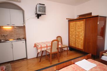 Tučepi, Jadalnia w zakwaterowaniu typu studio-apartment, zwierzęta domowe są dozwolone i WiFi.