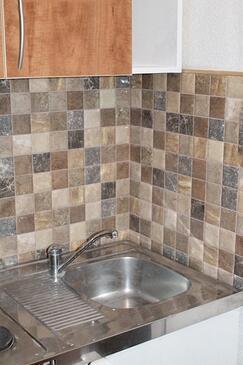 Tučepi, Kuchyně v ubytování typu studio-apartment, domácí mazlíčci povoleni a WiFi.