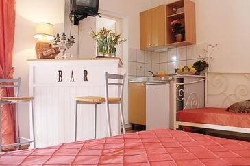 Tučepi, Kuhinja u smještaju tipa studio-apartment, kućni ljubimci dozvoljeni i WiFi.