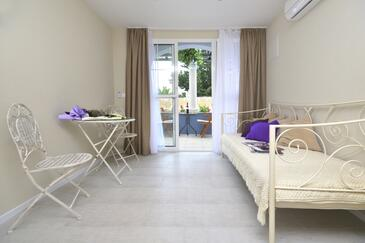 Tučepi, Dining room in the studio-apartment, air condition available, (pet friendly) and WiFi.
